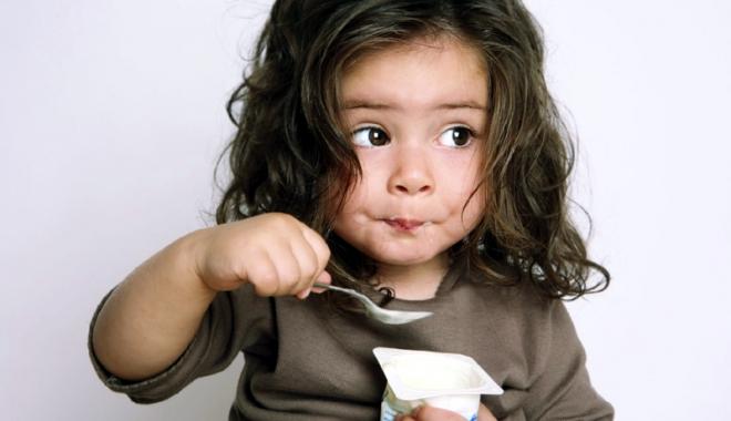 Ce găsim cu adevărat în iaurturile de fructe: jumătate zahăr, jumătate aditivi. Unde sunt laptele şi fructele? - fond-1459965179.jpg