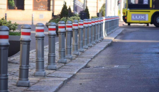 """Foto: S-a """"rezolvat"""" problema parcărilor! Ţăruşi pe trotuar şi amenzi pentru şoferi"""