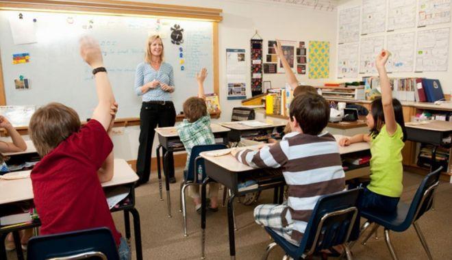 Foto: Copii cărora li s-a luat dreptul la educaţie. Unii nu au fost înscriși la școală,  alții nu sunt lăsați la cursuri