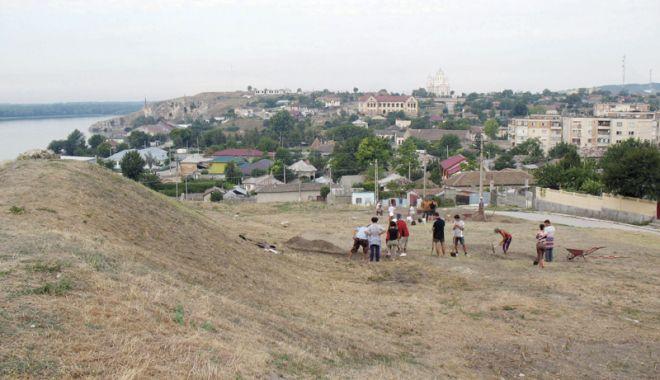Foto: O fibulă din aur masiv a transformat locuitorii oraşului Hârşova în căutători de comori