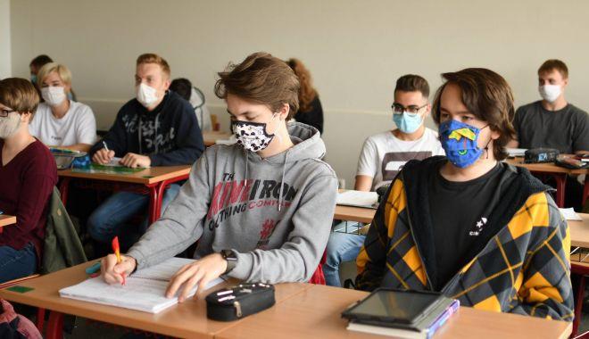 Foto: Cu rândul, la şcoală. Elevii din Constanţa vor învăţa în sistem alternativ, online şi în clasă