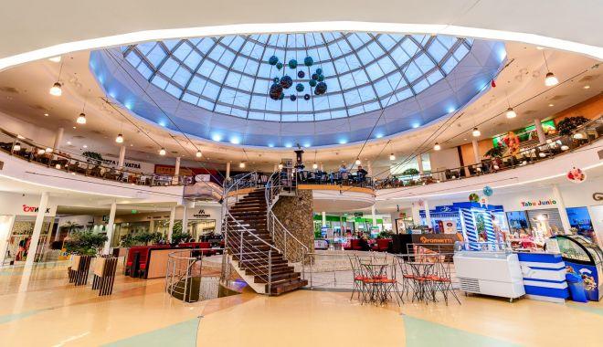 Magazine din mall-uri, înfrânte de pandemie. Chiriile mari şi vânzările mici i-au îngenuncheat pe comercianţi - fond-1612291435.jpg
