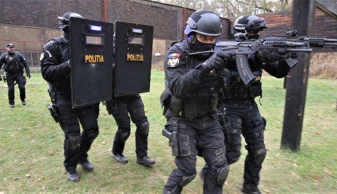 Mai știu polițiștii să țină pistolul în mână? Dar să-l folosească? - fond-1616524594.jpg