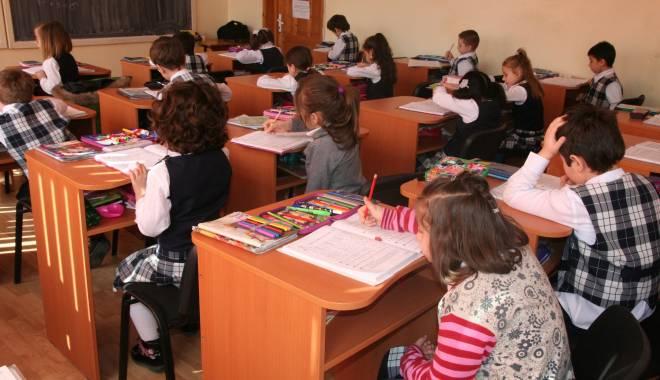 Foto: Învăţător cu probleme psihice, imposibil de scos de la catedră. Părinţii îşi mută copiii