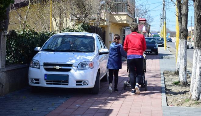 Foto: Trotuare pavate în toate cartierele Constanţei şi stâlpi pentru oprirea urcării maşinilor pe ele