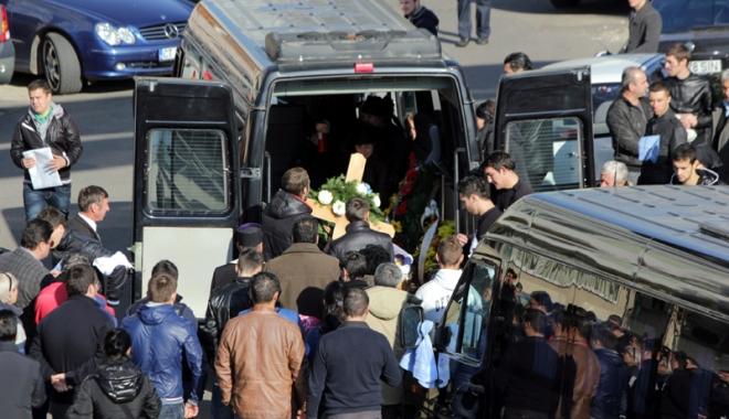 """Foto: Reguli noi pentru înmormântări şi amenzi drastice. """"În loc să ne ajute, statul ne arată biciul"""""""
