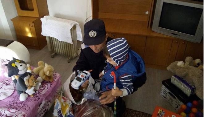 Cum l-au convins jandarmii pe Moş Crăciun să-l viziteze pe micuţul Andrei - fond3-1509384211.jpg