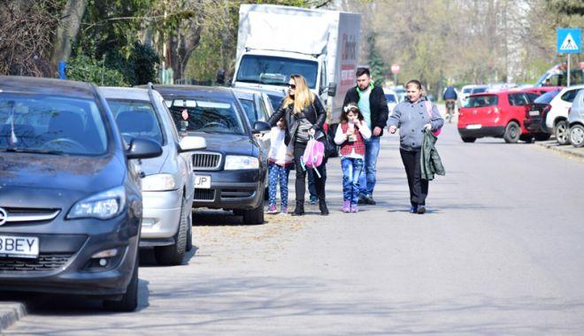 Foto: Trotuarele Constanţei, transformate în locuri de parcare. Nesimţire sau lipsă de soluţii?