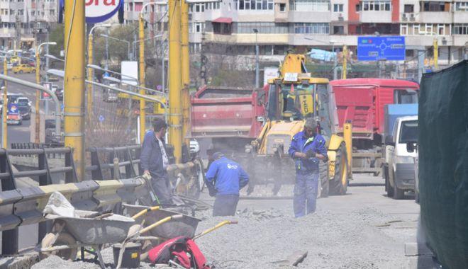 """Foto: Podul de la Butelii, din nou şantier în lucru! """"Un om lucrează, ceilalţi se uită pe cer"""""""