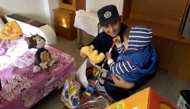 Foto: Cum l-au convins jandarmii pe Moş Crăciun să-l viziteze pe micuţul Andrei