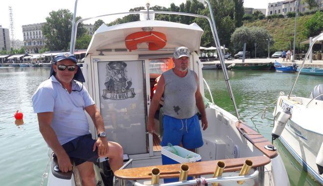 Un vis împlinit la pensie. Pasiunea pentru pescuit l-a făcut să investească într-o ambarcaţiune de familie - fond6-1627829135.jpg
