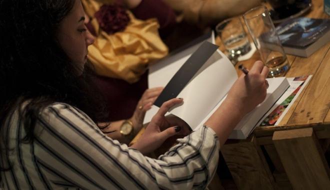 """Foto: """"Simt că primesc mai mult de la o carte, decât de la o noapte în club"""""""