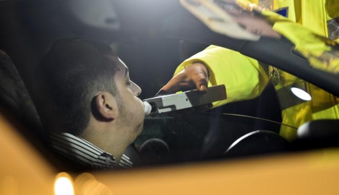 """Foto: Prins la volan cu băutura-n nas, dar lăsat în pace. De ce i-a spus poliţia """"drum bun"""""""