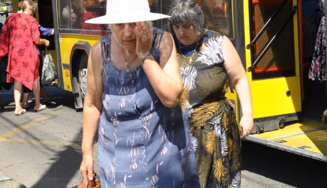 Foto: Înghesuiţi şi transpiraţi! Constănţenii, revoltaţi de mizeria transportului în comun