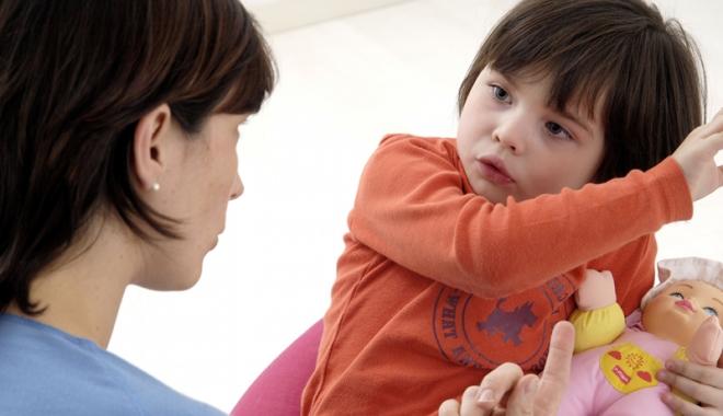 Foto: Bâlbâiala poate fi provocată de familia copilului, prin reproşuri şi pedepse