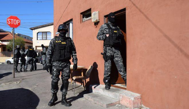 Foto: Păzea, păzea, vine Poliția! Oamenii legii, dotați cu bastoane cu electroșocuri