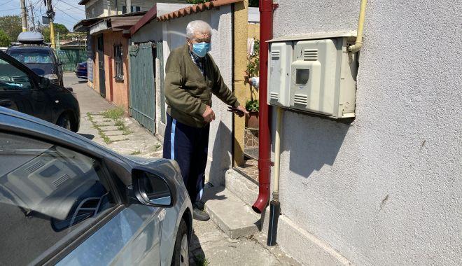 """Bătrâni, în slalom printre maşinile parcate în faţa porţii. """"Nu putem să ieşim din curte!"""" - fondbatrani1-1620411155.jpg"""