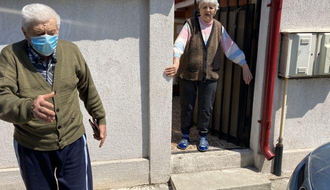 """Bătrâni, în slalom printre maşinile parcate în faţa porţii. """"Nu putem să ieşim din curte!"""" - fondbatrani4print-1620411128.jpg"""