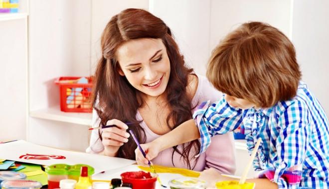 Foto: Bona are rol şi de învăţător!  Cum pot fi evitate situaţiile  de abuz şi neglijare a copilului