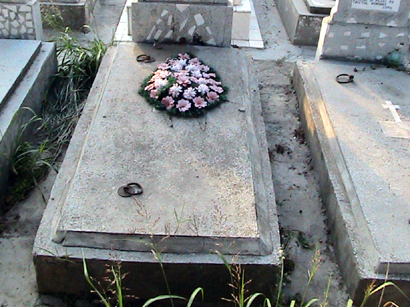 Foto: Intoxica�i cu fum �i funingine la cimitir. Aduce�i m�tile!