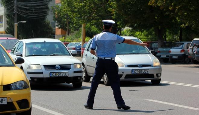 Foto: Un tânăr fără permis a fost prins de poliţişti în timp ce conducea pe bd. Mamaia