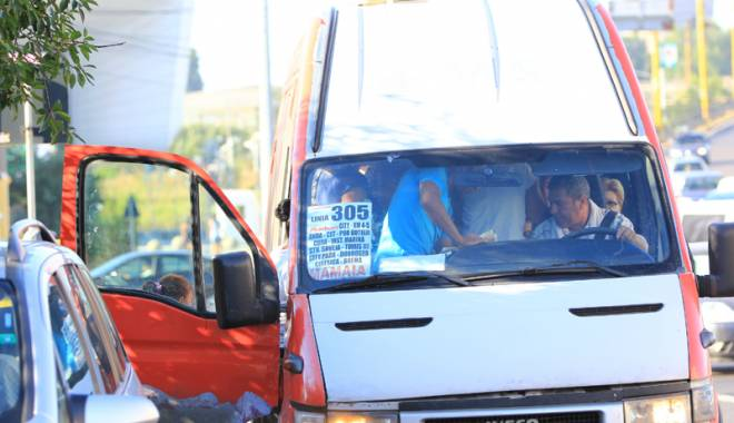 Foto: IMAGINI REVOLT�TOARE / C�T �I MAI TOLER�M? Maxi-taxi: la limita obr�zniciei �i a incon�tien�ei!
