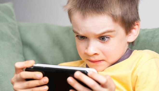 Foto: Generația copiilor crescuți la tabletă și telefon. Efectele sunt devastatoare