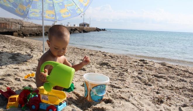 Foto: Ce riscuri îşi asumă părinţii care lasă copiii fără slip, la plajă
