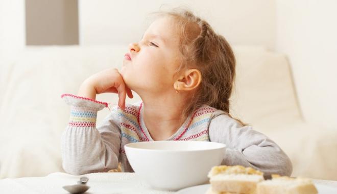 """Foto: """"Când copilul nu vrea să mănânce, nu-l forţaţi! Îi dezvoltaţi repulsia faţă de mâncare"""""""