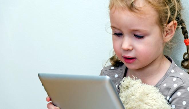 Foto: Copilul urlă că vrea tabletă. Cedezi sau aştepţi să mai crească?