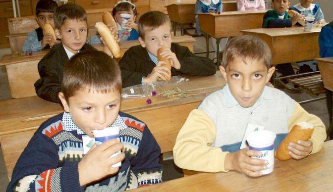 """Foto: Programul """"Cornul și laptele"""" bate pasul pe loc. Elevii vor mânca de-abia la primăvară"""