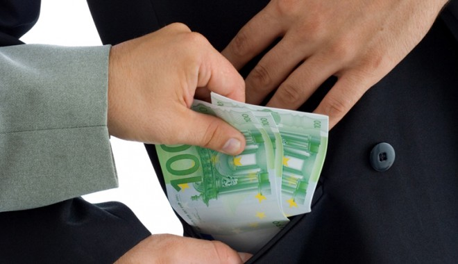 Foto: Caz incredibil de corupţie la Constanţa. Şef de poliţie, prins cu şpaga în mână