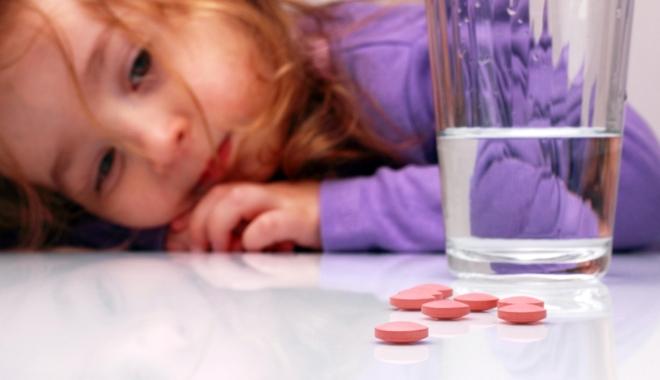 """Când părinţii devin """"medici"""", copiii suferă. Un simplu roşu în gât se transformă în afecţiuni grave ale inimii"""