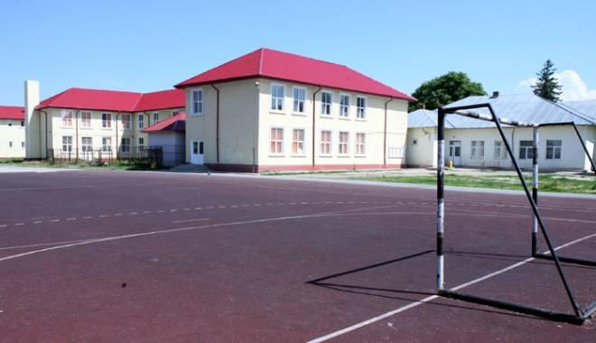 """Foto: Cu porţile închise! Şcolile constănţene, transformate în """"buncăre blindate"""""""