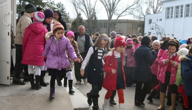 Foto: Dilemă în învăţământ.  Vor avea directorii de şcoli tupeul să bată la uşa primarilor pentru bani?
