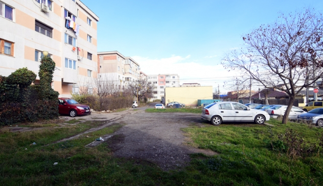 Foto: Dispare încă o parcare între blocuri, la Constanţa. Investitorii construiesc un bloc cu patru etaje