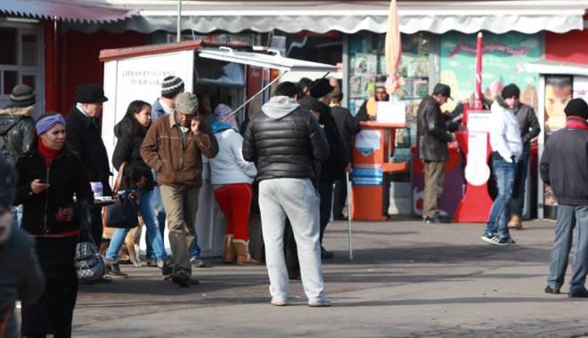 Foto: Bişniţarii de ţigări, luaţi la ochi de jandarmii din Constanţa