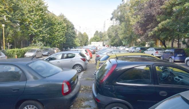 """Foto: Constănţenii cer parcări în oraş. """"Sunt terenuri care stau pârloagă, cu bălării cât casa! Cine să le amenajeze?"""""""