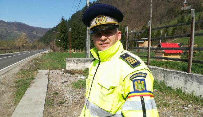 Polițiștii de frontieră refuză hrana  și poartă banderole tricolore.