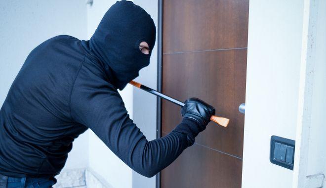 """Plecați în vacanță? """"Check-in-ul în aeroport vă aduce like-uri, dar vă face vulnerabil în fața hoților!"""" - fondfurturilocuinta1-1624291148.jpg"""