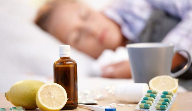Gripa poate fi confundată cu o răceală puternică. Care sunt simptomele specifice