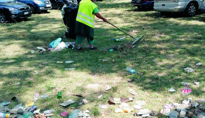 Foto: Dezastrul de pe litoral. Angajații primăriei, apel pentru strângerea gunoaielor lăsate de turiști