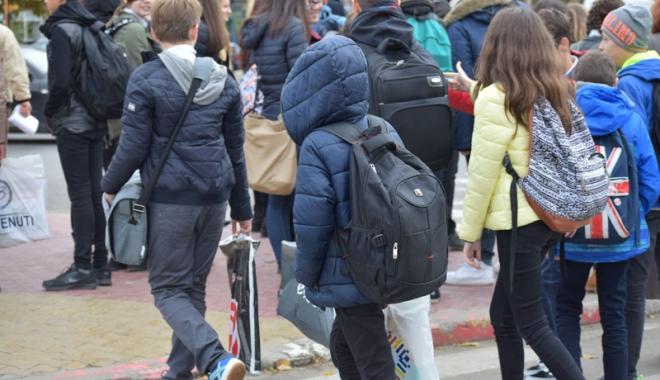 Incredibil, se poate și fără ghiozdan! O școală din Constanța nu mai dă teme elevilor - fondincredibilsepoate-1477324742.jpg