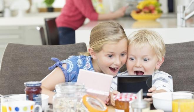 """Foto: De ce nu e bine ca cei mici să folosească telefonul sau tableta. """"Părintele trebuie să pună frâne copilului"""""""