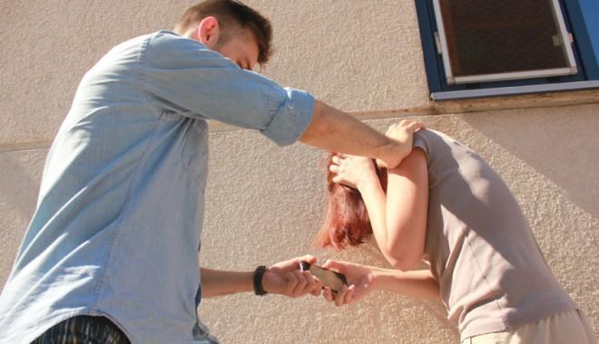 Mamă bătută în curtea unei școli din Constanța de individul care îi tâlhărise fiul - fondmamabatutaincurteauneiscoli-1412618159.jpg
