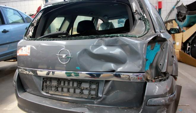 Foto: MAŞINĂ DE DOCTORIŢĂ, ŢINUTĂ ÎN GARAJ? Cum îţi dai seama că maşina  pe care ai cumpărat-o a fost lovită