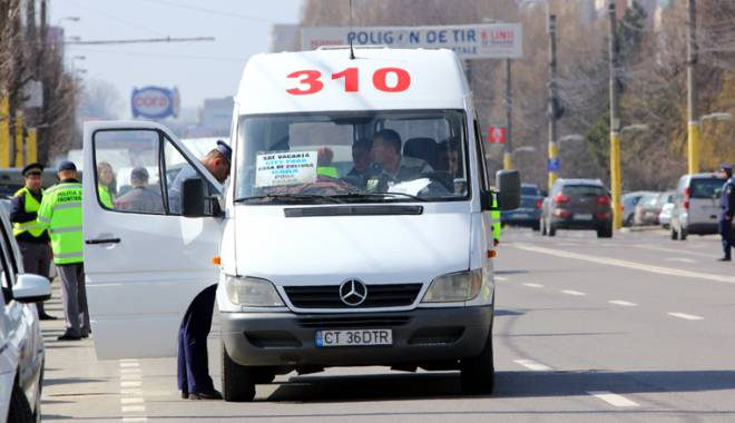 """Foto: Cine-i trage """"de urechi"""" pe �oferii de maxi-taxi burdu�ite de pasageri"""