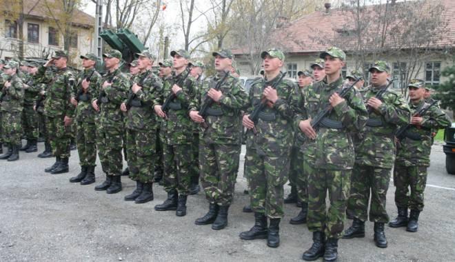 """Foto: Militarii trag primele """"gloanţe"""" spre Guvern: salarii mărite, bani de chirie şi… mai puţine mese la Forţele Navale"""