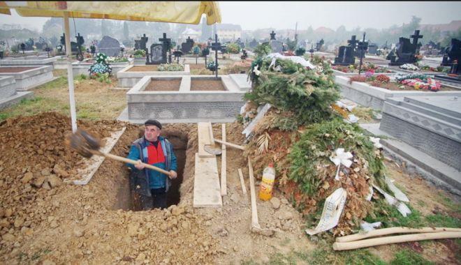 Foto: Situaţii groteşti în cimitir!  Morţi înghesuiţi în cripte prea mici