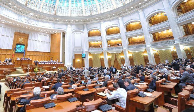 """Foto: Moţiunea de cenzură, citită în plen. """"Este nevoie de un guvern cu maximum 15 ministere"""""""